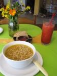 Sopa de zapallo y jugo de frutilla